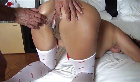 Hermosa jovencita seduce a un mayor en swingers amateurs una acción de estilo perrito